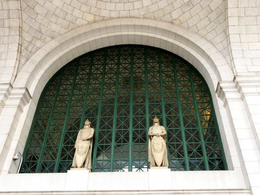 Statues,of,roman,guards,line,the,inside,walls,of,Union, station,concourse,